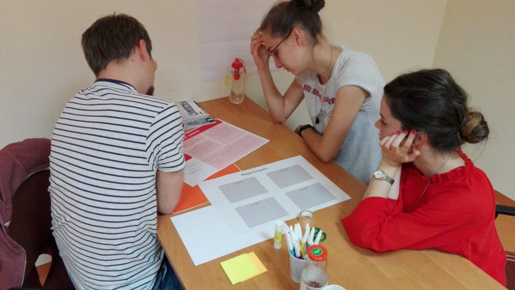 W Design Thinking generowanie pomysłów wymaga zrozumienia odbiorcy. Artur, Klaudia i Patrycja rozkładają na czynniki pierwsze użytkownika, dla którego projektują rozwiązania.